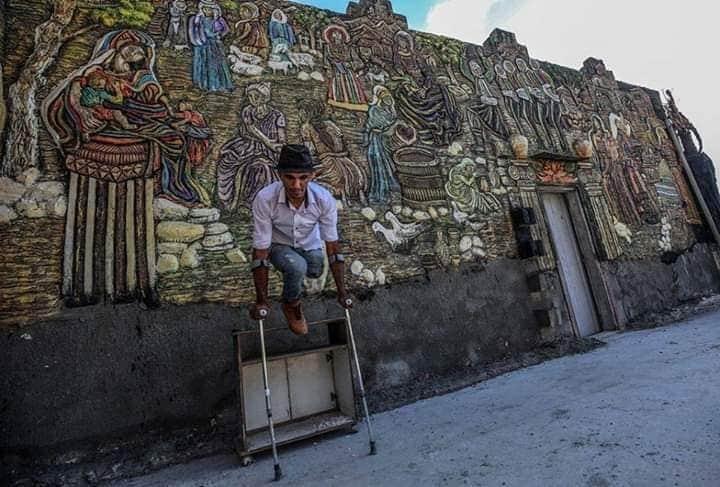 فلسطيني من غزة قام بتحويل منزل مهجور إلى قطعة فنية.
